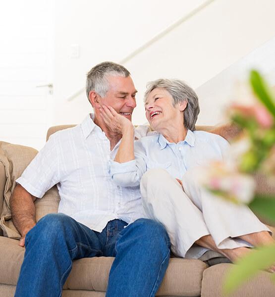 um casal de idosos sentado em um sofá